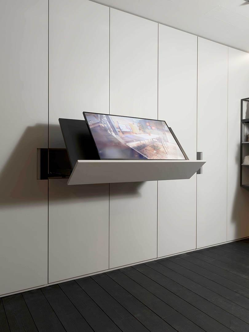 Come nascondere la tv nell'armadio